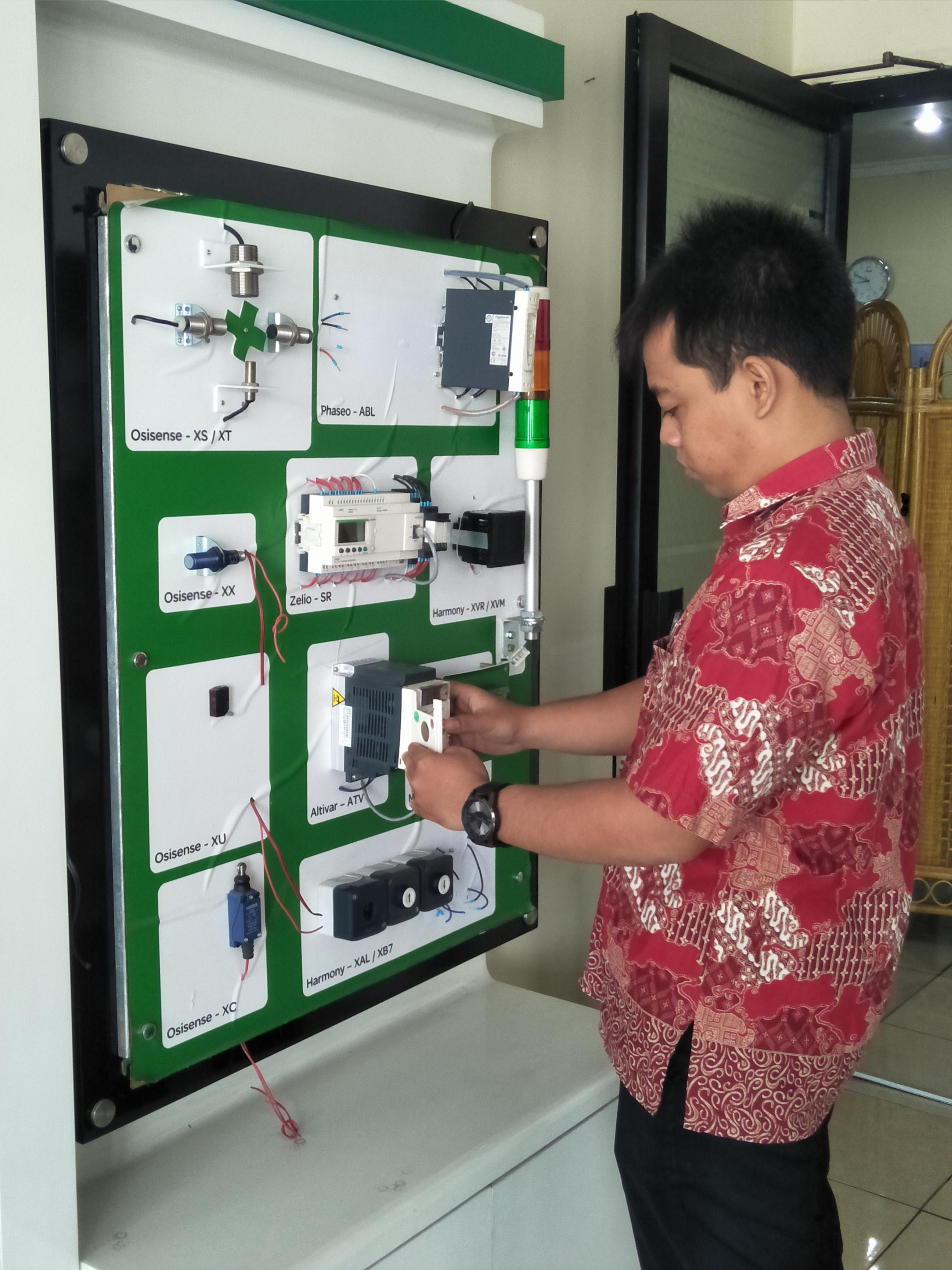 Pelatihan PLC Schneider Tingkatkan Skill Dosen dan Laboran di Bidang Kontrol dan Instrumentasi