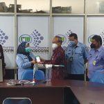 Serah terima alat pemantauan energi listrik dan baku air berbasis IoT secara simbolis oleh ketua jurusan Teknik Elektro IST AKPRIND kepada Dirut PDAM Grobogan Purwodadi